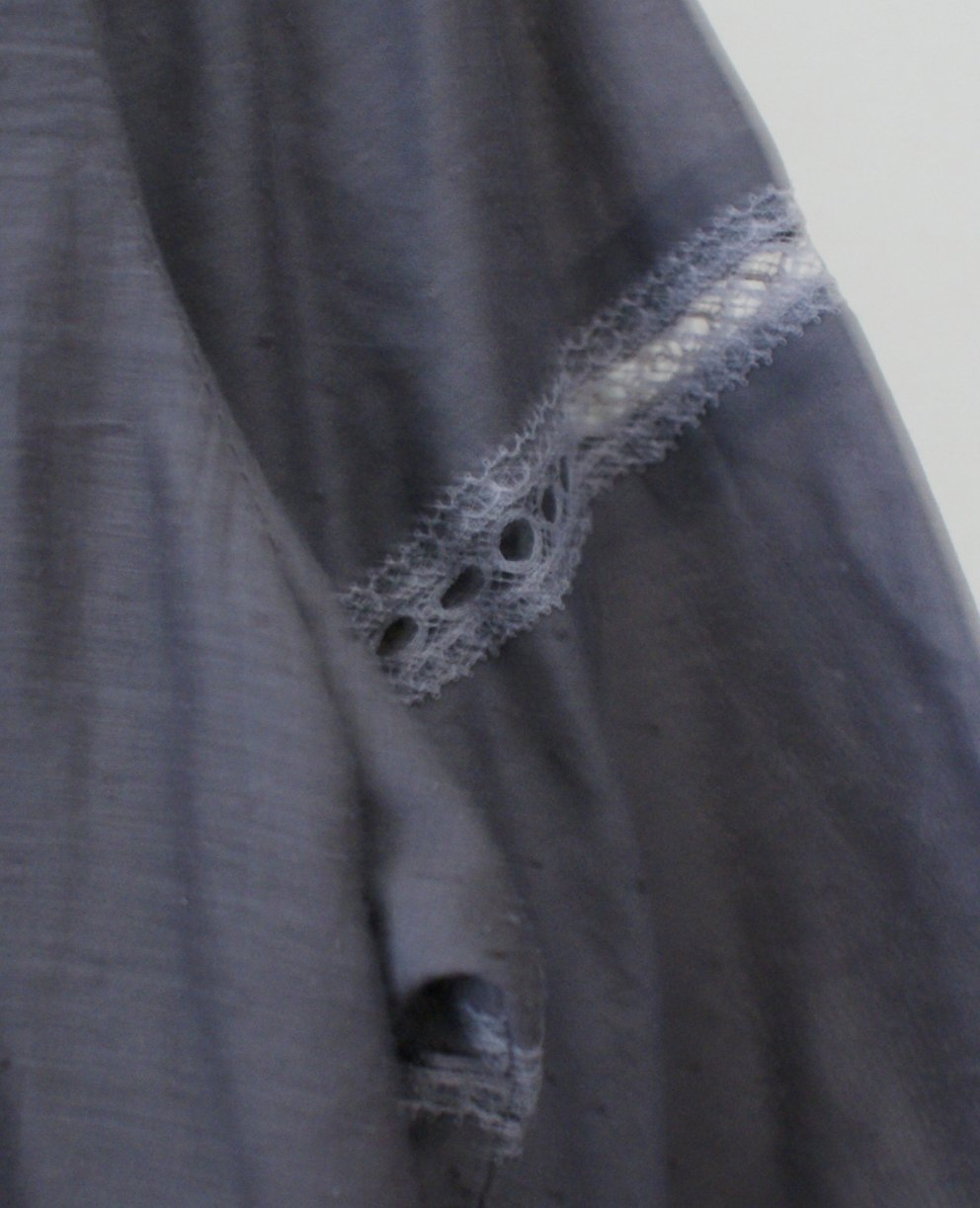 Détails dentelle grise blouse B du stylish dress book